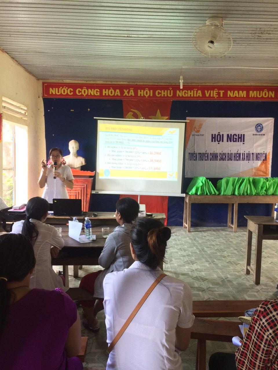 Nhân dân xã Quảng Thọ chăm chú lắng nghe tuyên truyền chính sách an sinh xã hội của Nhà nước