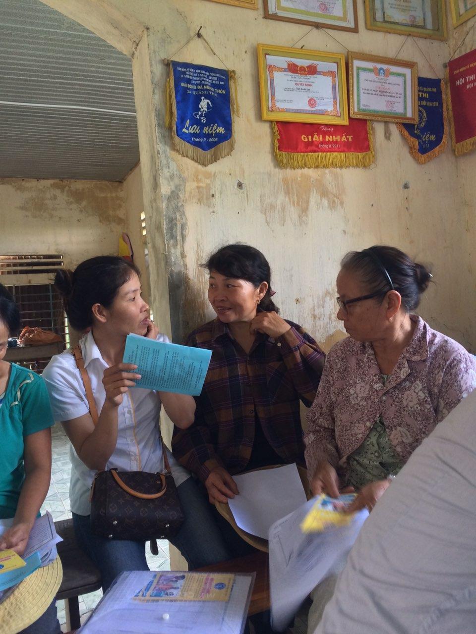 Nhân viên Bưu điện nhiệt tình tư vấn người dân tham gia BHXH tự nguyện