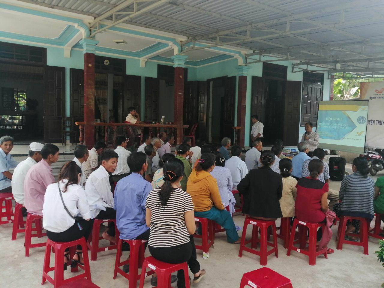 Người dân thôn Vinh Sơn cảm thấy hào hứng khi nghe tuyên truyền chính sách Bảo hiểm xã hội tự nguyện