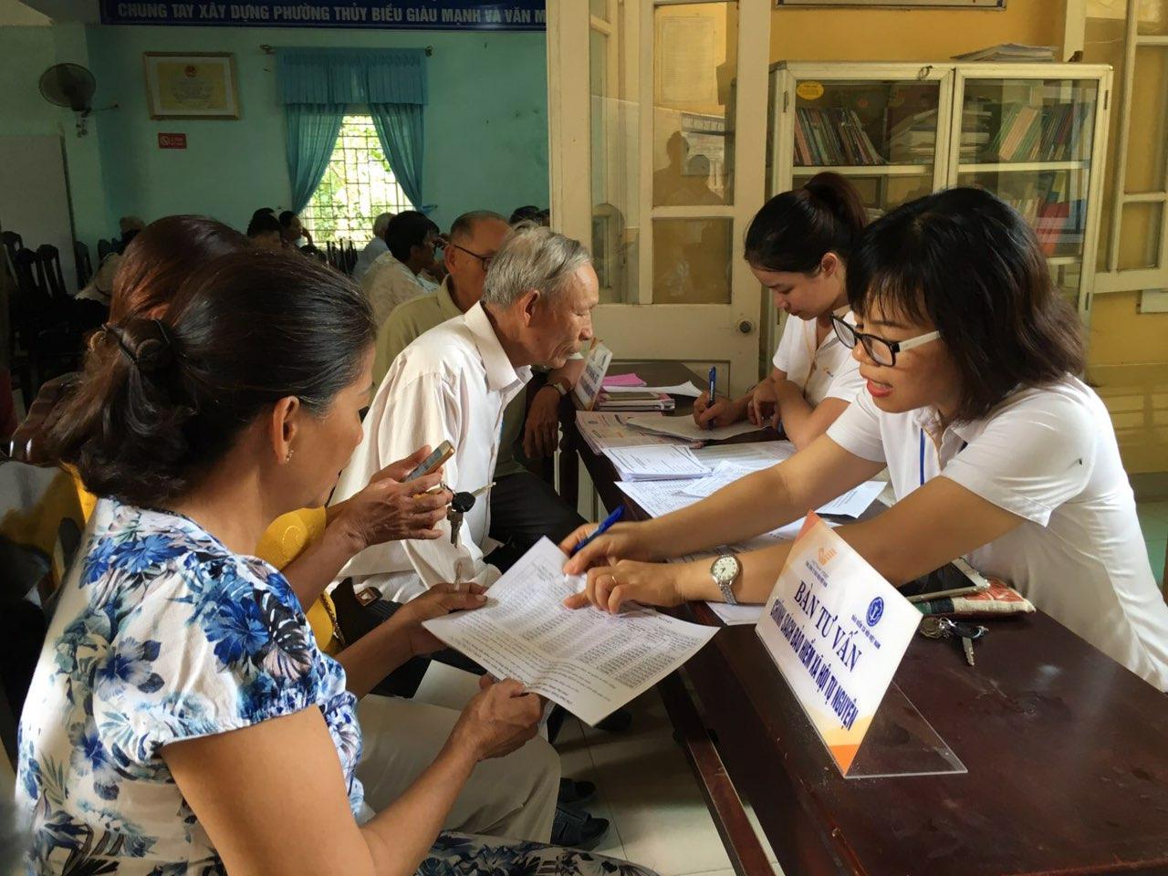 Nhân viên Bưu điện Huế tuyên truyền chính sách Bảo hiểm xã hội tự nguyện đến với người dân Thủy Biều
