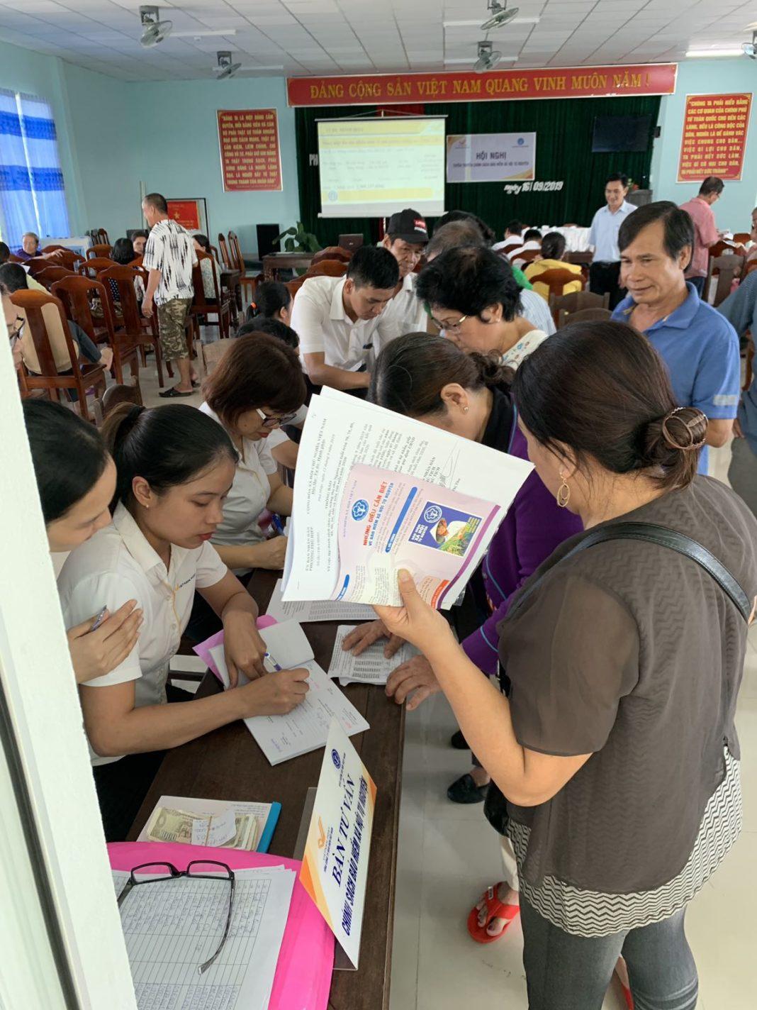 Rất nhiều người dân tham gia BHXH tự nguyện cho mình và cho người thân