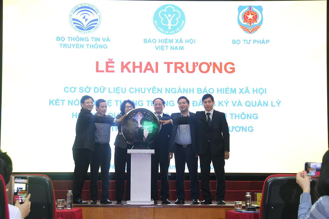 Các đại biểu ấn nút khai trương Cơ sở dữ liệu chuyên ngành BHXH