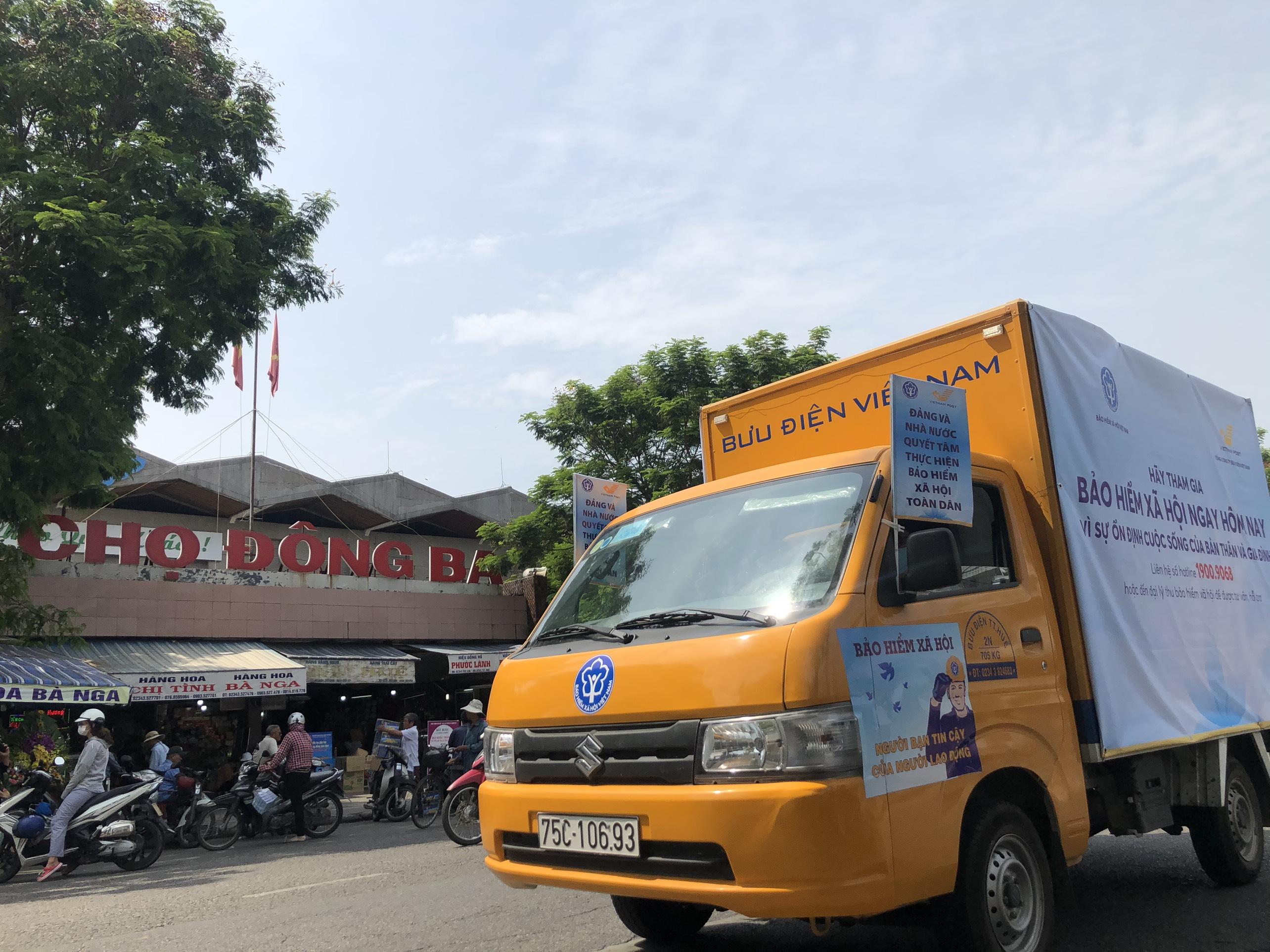 Đoàn xe tuyên truyền chính sách Bảo hiểm xã hội tự nguyện đi ngang qua Chợ Đông Ba - Huế
