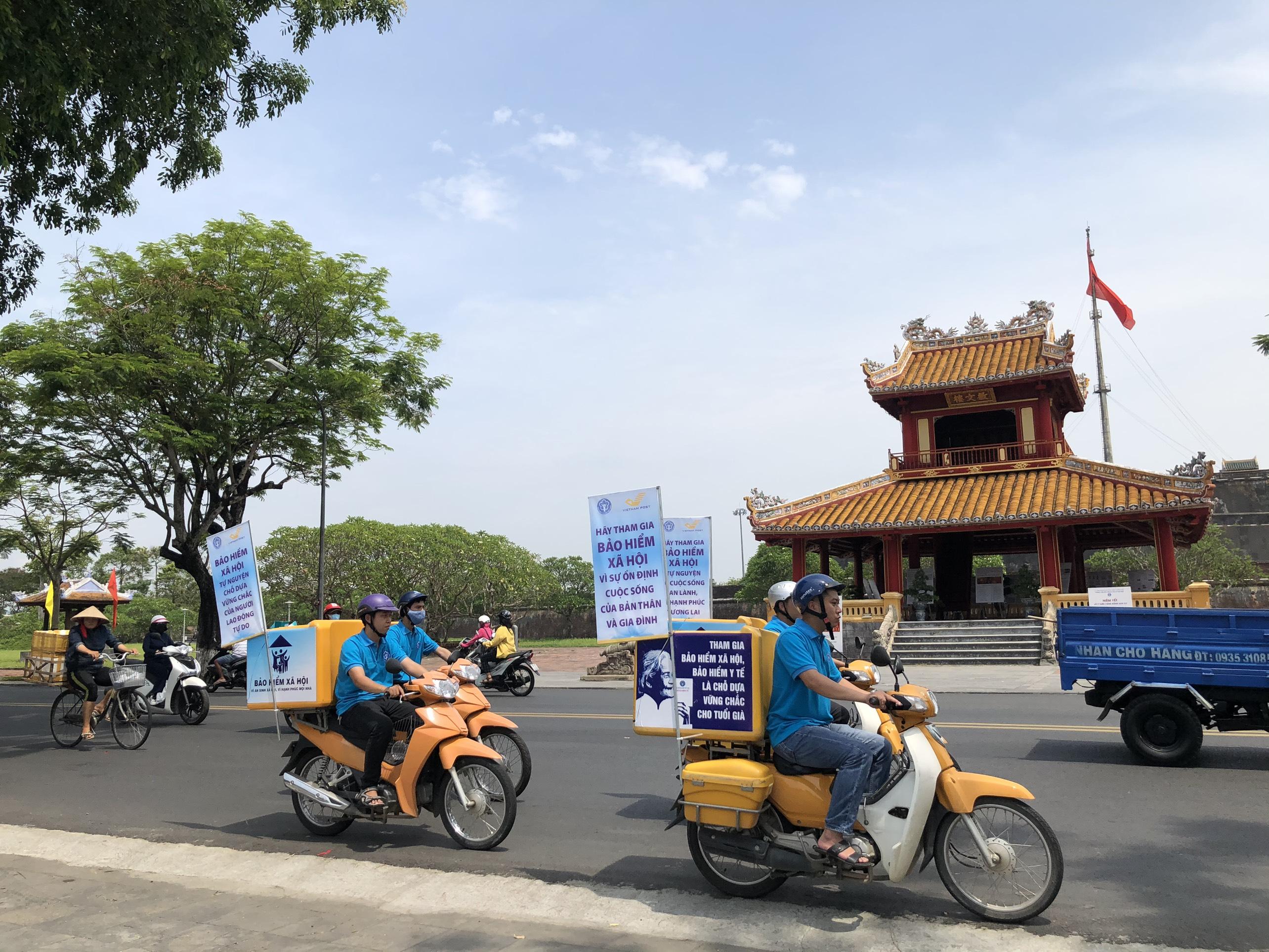 Đoàn xe tuyên truyền chính sách Bảo hiểm xã hội tự nguyện đi ngang qua các địa điểm nổi tiếng ở Huế