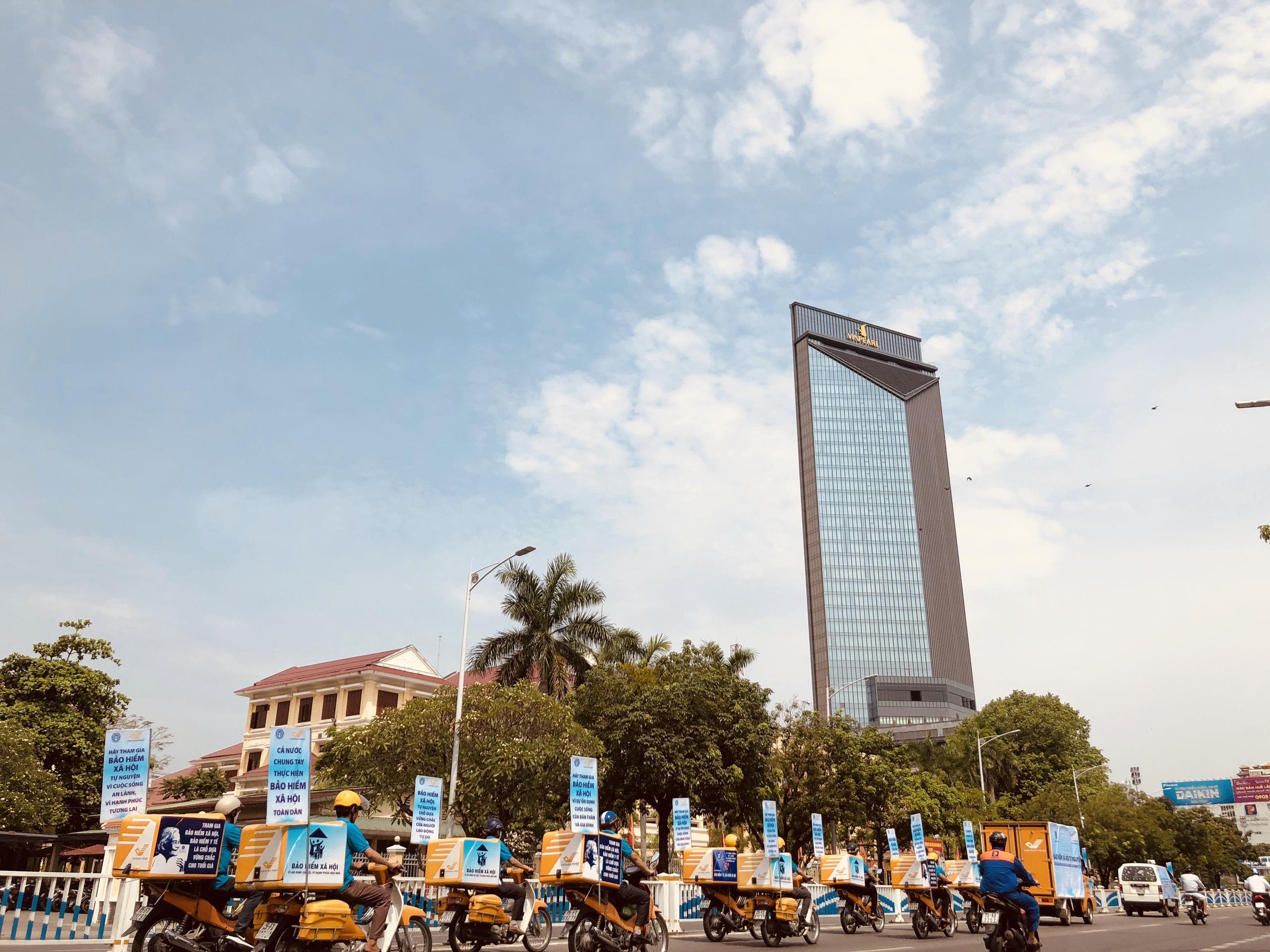 Đoàn xe tuyên truyền chính sách Bảo hiểm xã hội tự nguyện trên đường phố Huế